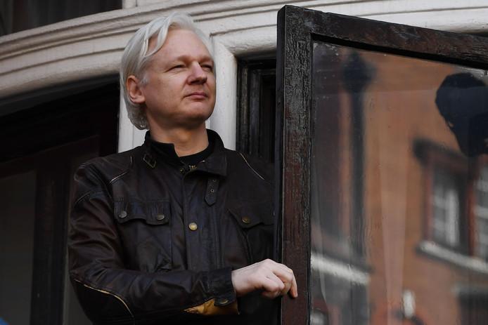 Wikileaks-oprichter Julian Assange op het balkon van de ambassade van Ecuador in Londen.