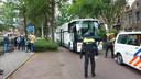 De cellenbus komt aan in Wageningen om alle arrestanten te kunnen vervoeren.
