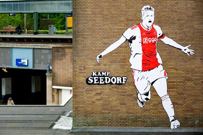 Een muurschildering van Kamp Seedorf van Ajaxspeler Matthijs de Ligt bij station Muiderpoort.