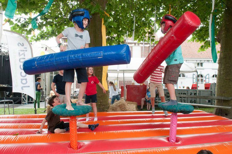 Kinderen kunnen zich uitleven in een speeldorp.