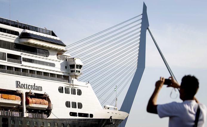 Afscheid van het cruiseschip Rotterdam.