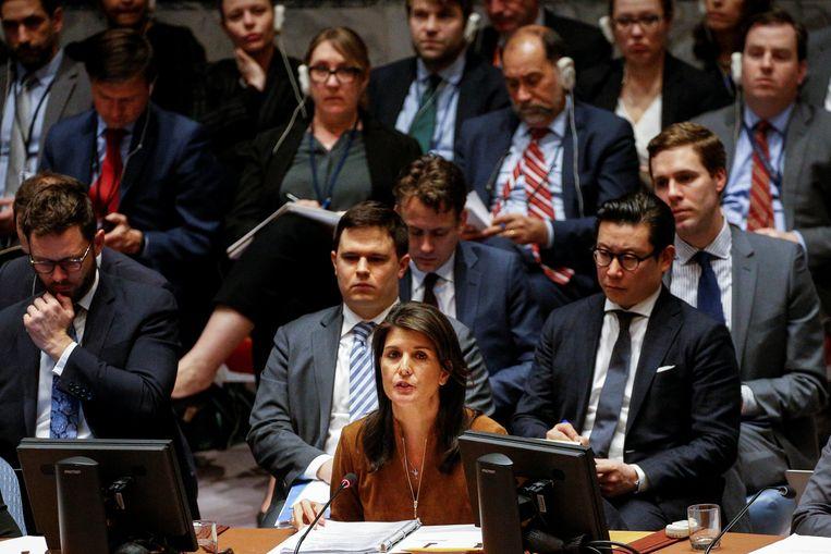 """""""Bloed van Syrische kinderen kleeft aan Ruslands handen"""", zei de Amerikaanse VN-ambassadeur Nikki Haley volgens de BBC.  Beeld REUTERS"""