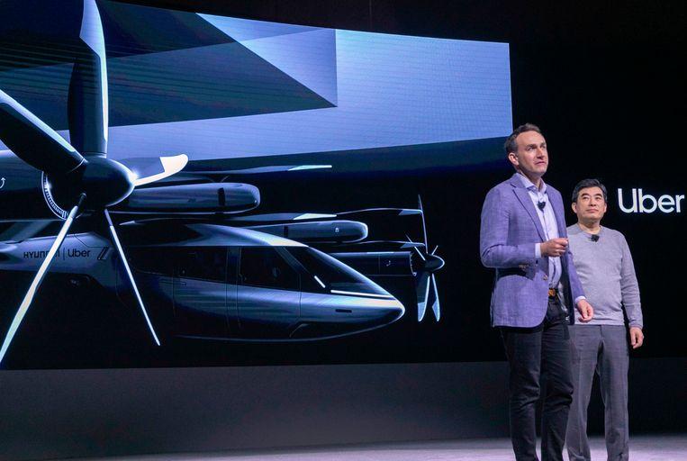 Eric Allison van Uber en Jaiwon Shin van Hyundai presenteren de de vliegende taxi S-A1. Beeld AFP