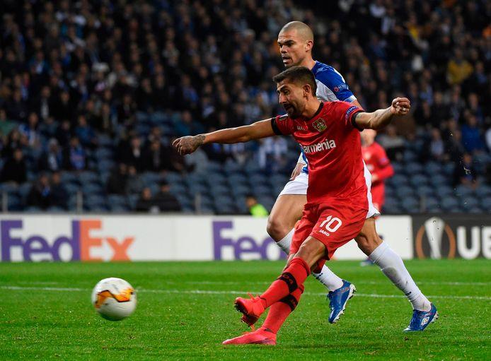 Leverkusen-spelmaker Kerem Demirbay schiet de 0-2 binnen tegen FC Porto.