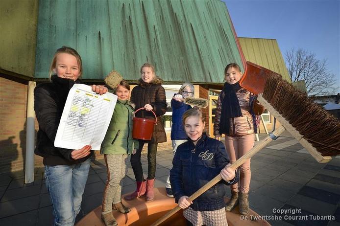 Ook kinderen van De Wiekslag ergeren zich aan het vieze dak. Ze hielden eerder dit jaar al een handtekeningenactie voor een schoonmaak. Maar een oplossing is er nog steeds niet.