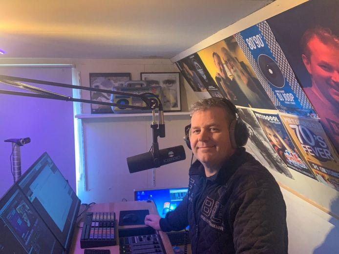 DJ Joop in zijn thuisstudio