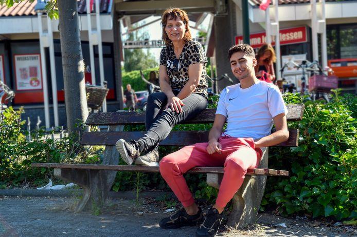 Saskia Ossewijer en Abderahim op de plek waar jongeren het liefst hangen.