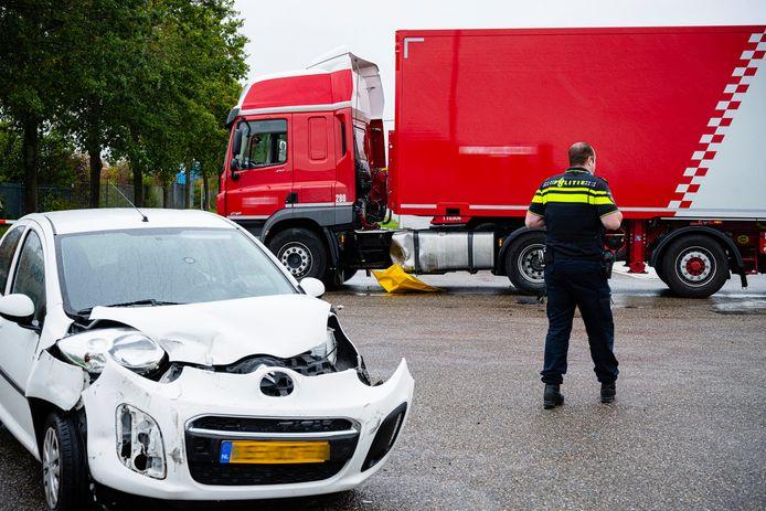 Botsing tussen auto en vrachtwagen in Tilburg