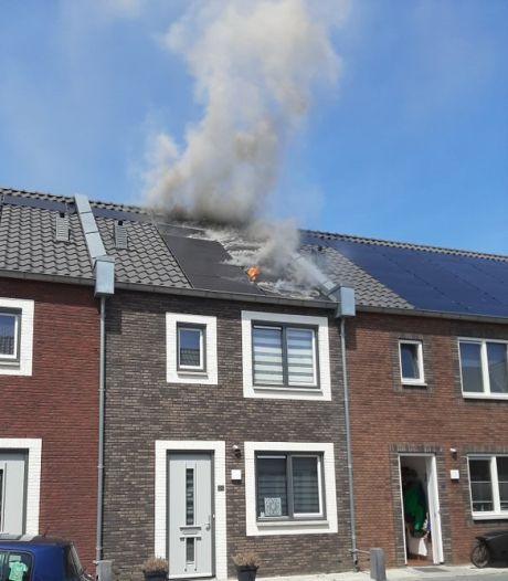 Zonnepanelen in brand op dak van huis in Leerdam