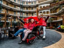 Nieuw in Deventer: in een riksja 'de wind door je haren voelen waaien' ook als je zelf niet meer kunt fietsen