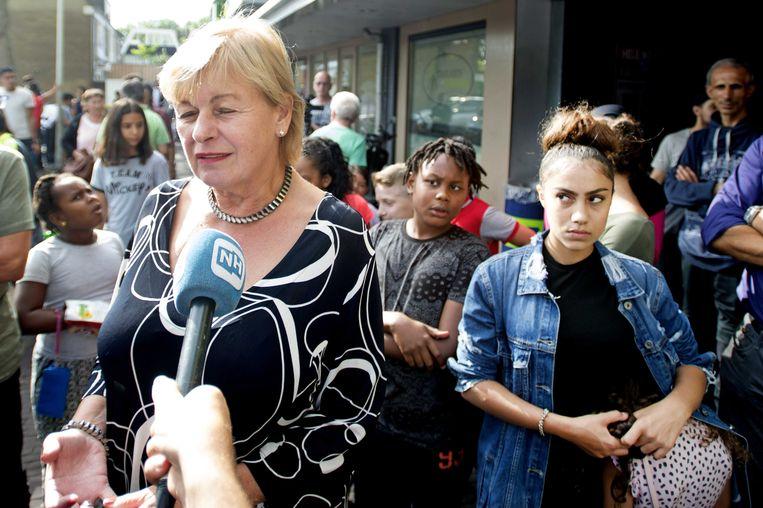 Burgemeester Geke Faber van Zaanstad vorige week in Poelenburg. 'Het gedrag dat wordt vertoond is onacceptabel', zei Faber. Beeld anp
