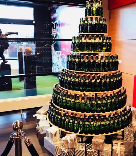 Proost! Kerstboom van bierflesjes in ontvangsthal Grolsch Veste