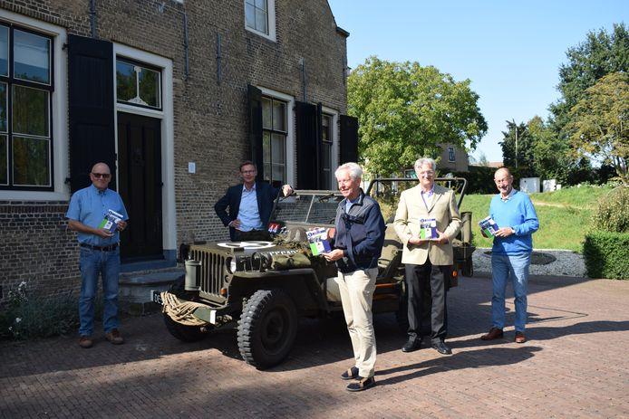 Wethouder Harry van Waveren (tweede van links) overhandigde het boekje over de Canadezen in de Hoeksche Waard