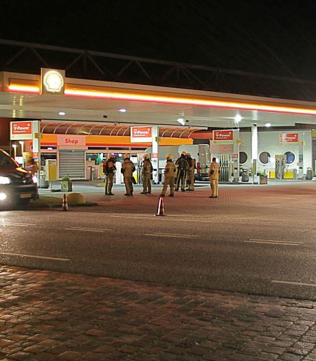 Brandstof op wegdek tankstation in Goor na lekkage bij tanken