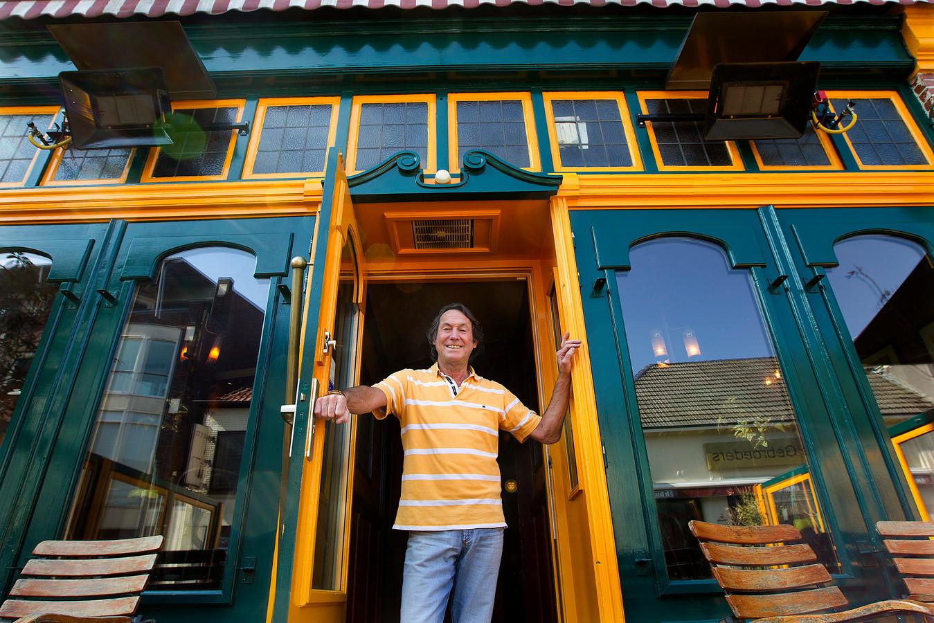 Goemel in april 2012 voor zijn kroeg die hij toen verkocht.  Archieffoto: Theo Kock