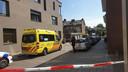 De hulpdiensten ter plaatse vanwege de schietpartij in de Reinaldstraat in Arnhem.