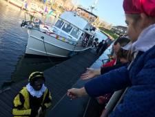 Sinterklaas komt met pikzwarte pieten aan in Brouwershaven