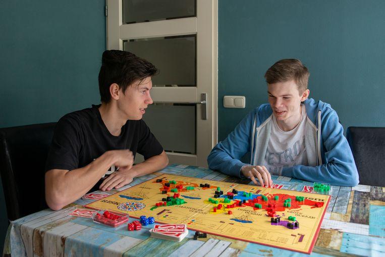 Julian speelt een spel met broer Yanick Beeld Vera Duivenvoorden