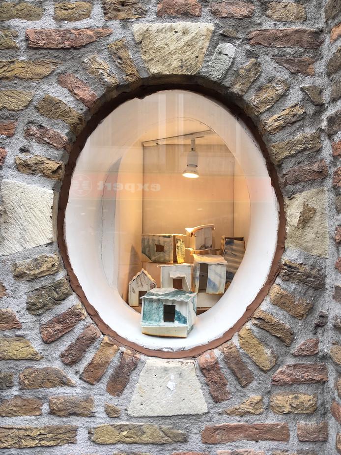 De kleinste etalage van Breda is gevuld met kleine porseleinen sloppenhuisjes van kunstenares Marlene van Alphen.