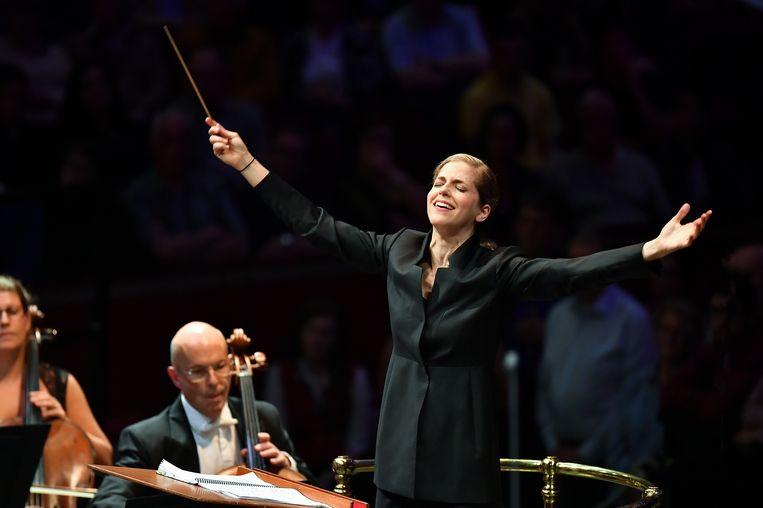 Karina Canellakis afgelopen zomer tijdens de First Night of the Proms in de Londense Royal Albert Hall. Beeld Chris Christodoulou