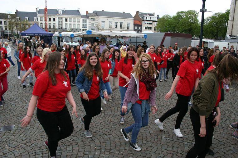Tientallen leerlingen laten hun beste dansmoves zien op de Grote Markt.