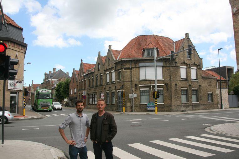 Koen Coupillie en Bert Laridon op het kruispunt in het centrum van Diksmuide dat ze willen ontlasten. Het is daar nu te onveilig, vindt N-VA