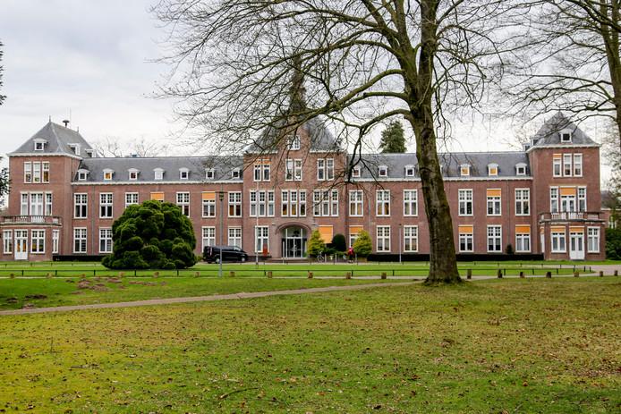 Jongeren met autisme die vastlopen in het onderwijs kunnen nu nog een combinatie van lessen en behandeling volgen bij de GGzE, op het terrein de Grote Beek in Eindhoven.