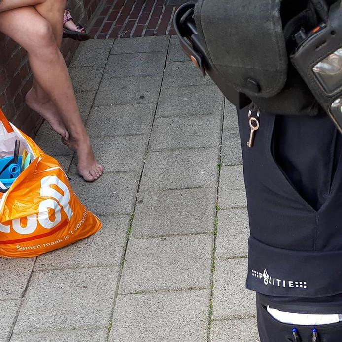De politie bij de dronken moeder en haar kind in Winterswijk.