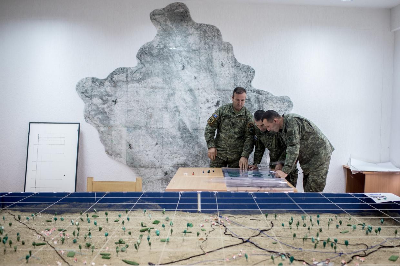 Kosovaarse militairen buigen zich over een kaart tijdens een recente training. Het kleine Balkan-land ligt nog altijd overhoop met Servië, waarvan het zich in 2008 afscheidde.  De EU hoopt dat het Kosovo-tribunaal in Den Haag helpt om de wonden te helen.
