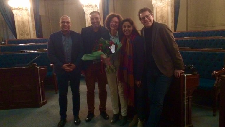 Yasmine Kherbache (midden), met vlnr gemeenteraadslid Hicham El Mzairh en de drie schepenen Karim Bachar, Jinnih Beels en Tom Meeuws.