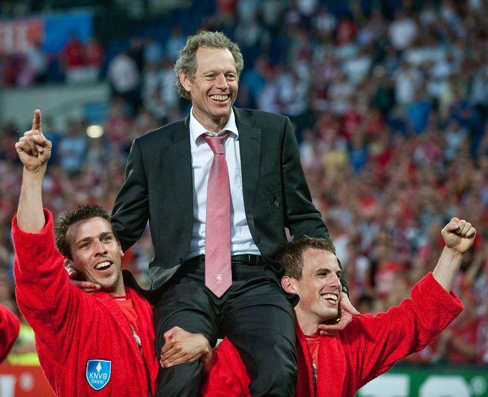 Michel Preud'homme op de schouders bij Peter Wisgerhof en Wout Bama na het winnen van de beker.