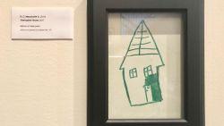 Zesjarige jongen maakt tekening op de muur, zijn moeder heeft de perfecte oplossing