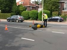 Motorrijder gewond door botsing met auto op Sint Annastraat