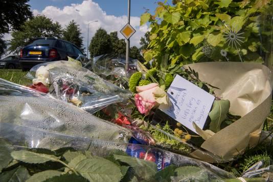 Bloemen bij de plaats van het ongeval op Hoofdstraat in Harderwijk. Noot: De namen op het kaartje heeft niet met de bestuurder te maken.