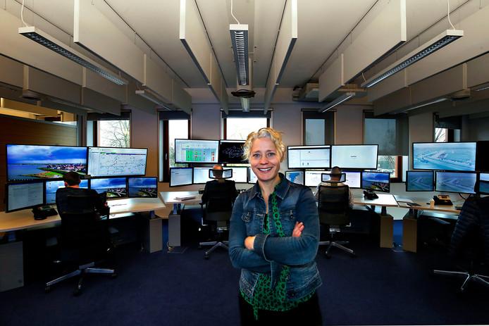 Heemraad Hennie Roorda in de centrale regiekamer van Waterschap Rivierenland. Van hieruit worden dijken en waterpeilen in de gaten gehouden.