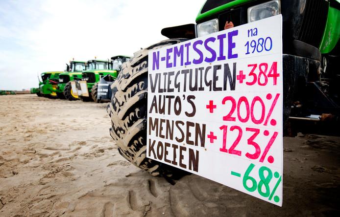 Boeren parkeerden hun tractoren vorig jaar in Scheveningen om in Den Haag te protesteren tegen de stikstofmaatregelen die hen gaan treffen. Zij trekken de uitstootcijfers al jaren in twijfel.