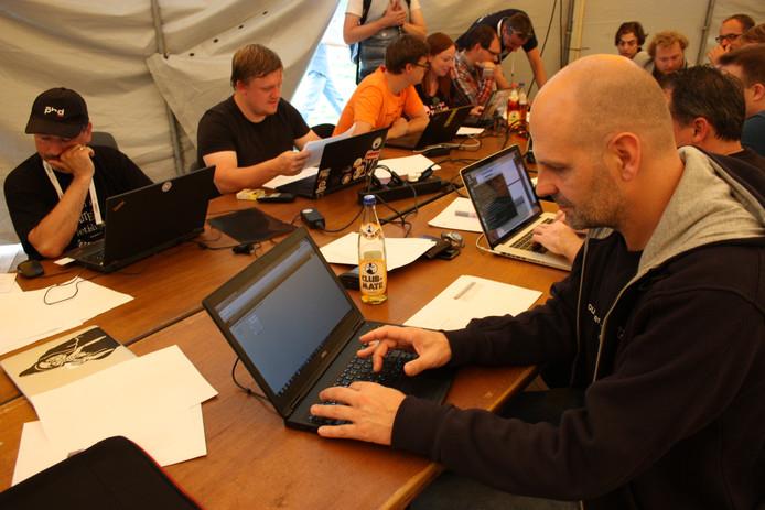 Hackers in Zeewolde: samen in een tent leuke applicaties schrijven. (Foto Jelle Boonstra)