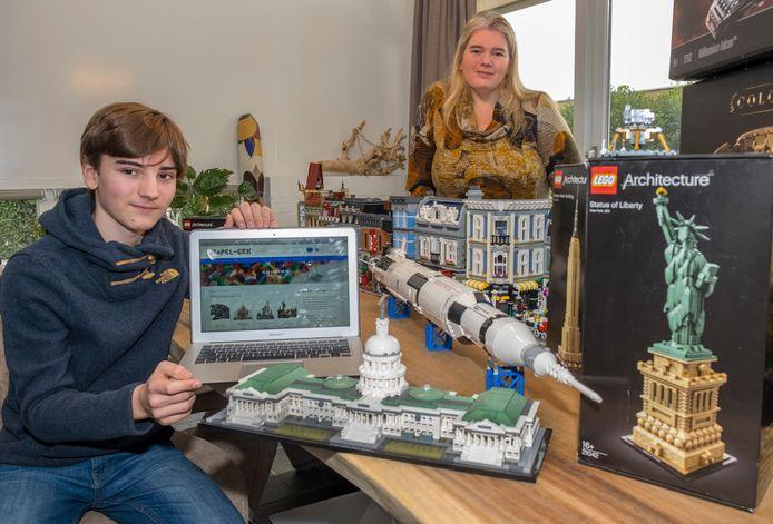 Floris Hoogendijk (links) heeft, met hulp van moeder Pauline, de website Stapel - Gek gemaakt, voor het verhuren van LEGO om van die steentjes iets te bouwen.
