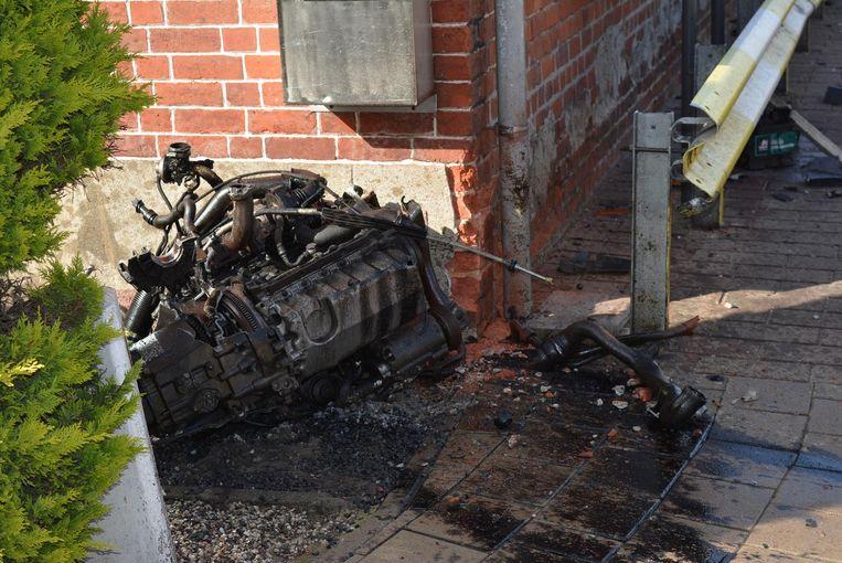 Het motorblok werd weggeslingerd tegen een woning.