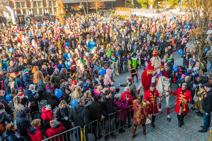 In Zeist arriveerde Sinterklaas per paard bij het gemeentehuis, waar hij werd ontvangen door de burgemeester en honderden kinderen en hun ouders.