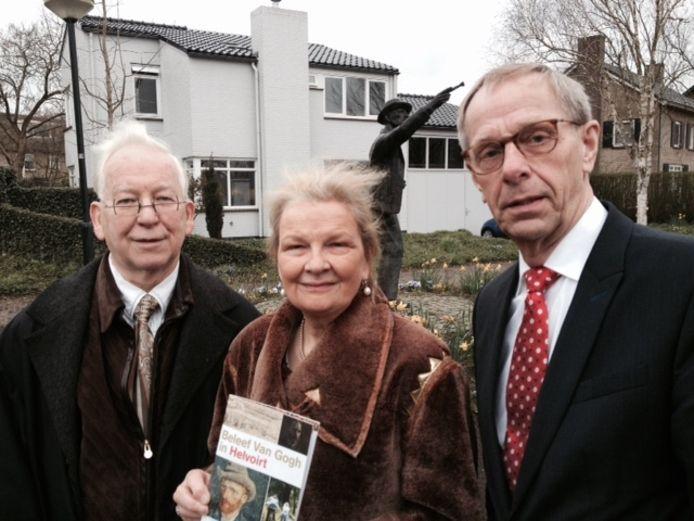 Jeanne en Marianne Bremers (links en midden), de makers van het Van Gogh-beeld met Johan van de Brand, die de zieke burgemeester verving.