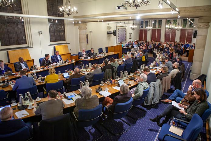 Het raadsdebat over het bestuurlijke debacle rond zwembad De Schelp leidde donderdagavond tot de stampvolle raadzaal in Bergen op Zoom. In deel 1 van de discussie bleek dat het bad voorlopig nog niet open gaat.