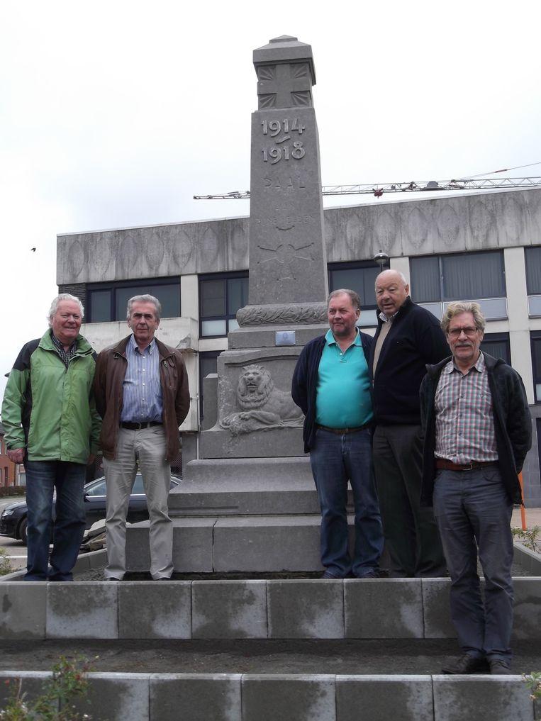 De werkgroep rond WO I staat aan het oorlogsmonument in Paal.