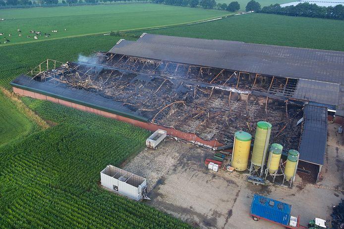 Resten van de afgebrande stal aan de Justitieweg in Heeswijk-Dinther.