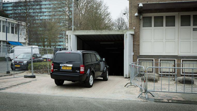 Een geblindeerde auto arriveert vanochtend bij de Amsterdamse rechtbank de Bunker in Osdorp. Beeld anp