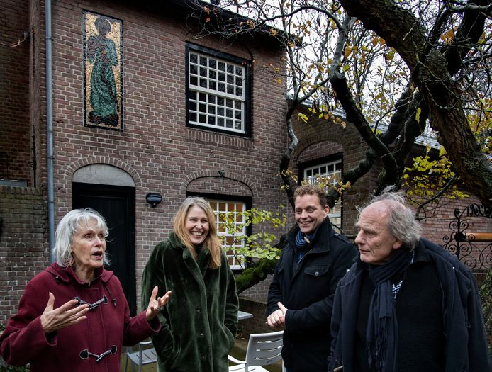 v.l.n.r: Jeanne Melief, Katjuscha Otte, Edwin van Tuijl en Henk Kneepkens bij het herstelde mozaïek.