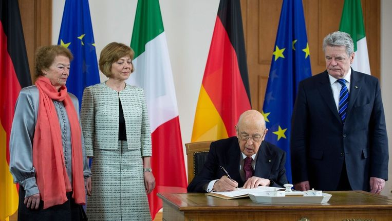 De Duitse president Joachim Gauck ontvangt de Italiaanse president Giorgio Napolitano. Beeld epa