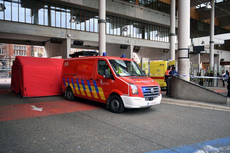 Een oudere vrouw werd in kritieke toestand van het busstation in Leuven naar het ziekenhuis overgebracht.