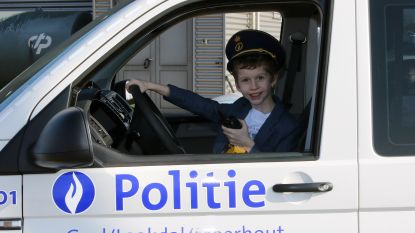 Communiefoto's nemen was nog nooit zo leuk: kinderen poseren tussen de politiemotoren, ambulances en brandweerwagens