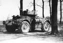 Een Staghound op verkenning over de Wijheseweg bij Raalte. In zo'n pantserwagen reed luitenant Anderson richting Wijhe.